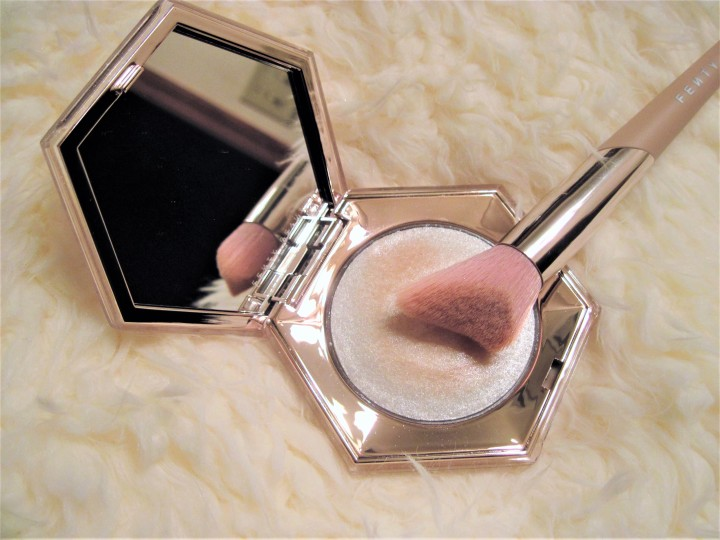 Fenty Beauty Diamond Bomb Highlighter and Brush | Review + Look